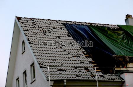 dach vom hagel beschaedigt