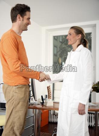haendeschuetteln patient und aerztin