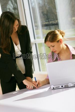 geschaeftsfrau am computer mit sekretaerin