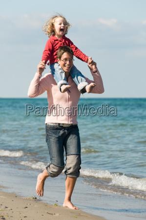 mutter mit tochter am strand