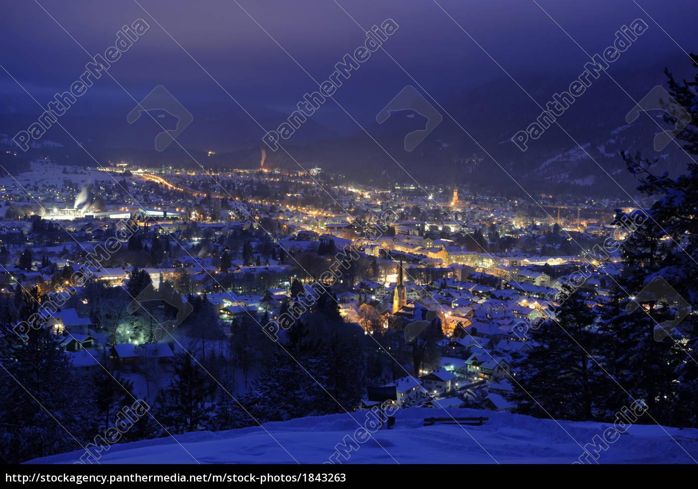 stadt, garmisch-partenkirchen, bei, nacht - 1843263