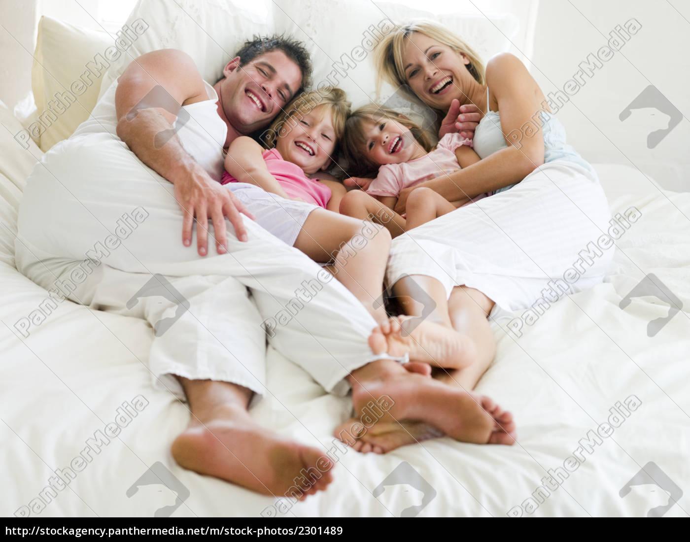 familie, im, bett, liegend, lächelnd - 2301489