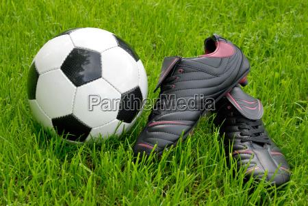 fussballschuhe und ball auf rasen
