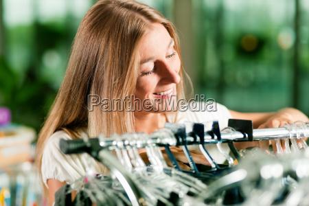 frau einkaufen in einem bekleidungsgeschaeft