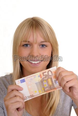 junge frau mit fuenfzig euro
