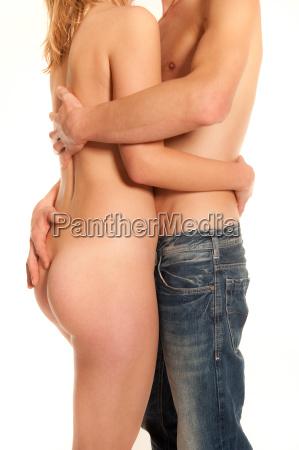 sich umarmendes junges paar
