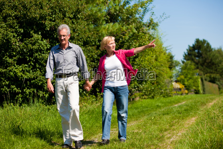 aelteres paar beim spaziergang