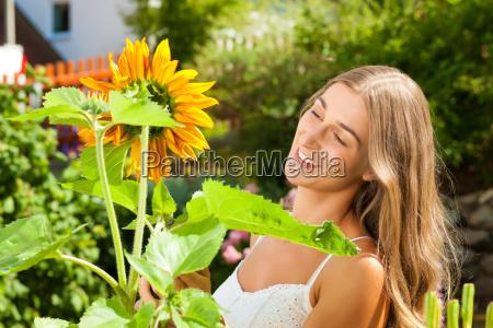 garten im sommer glueckliche frau