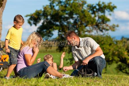 familie macht einen radausflug