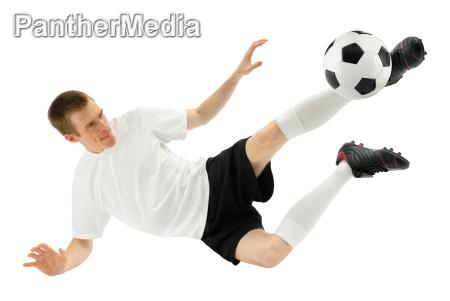 fussballer zeigt einen gekonnten schuss