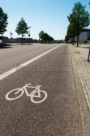 fahrradspur auf einer strasse