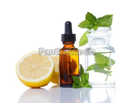 kraeutermedizin oder aromatherapie tropfflasche