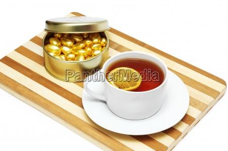 tasse tee mit zitrone und schokolade