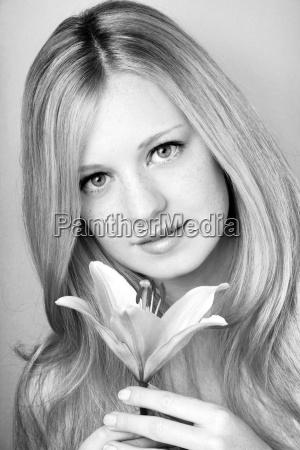 portraet einer jungen schoenen blonden maedchen