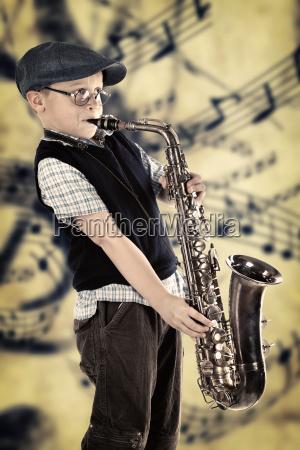beim saxophone spielen