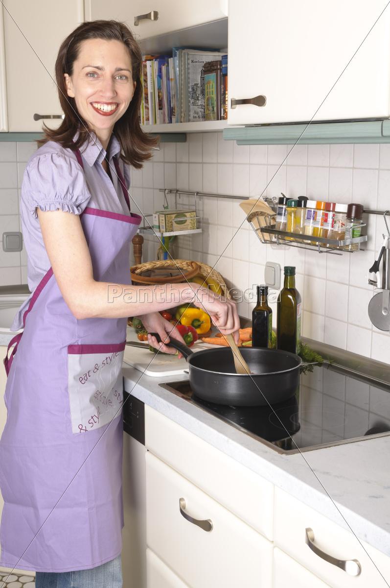 hausfrau in der küche, küchenarbeit - lizenzfreies bild ... - Küche Arbeit