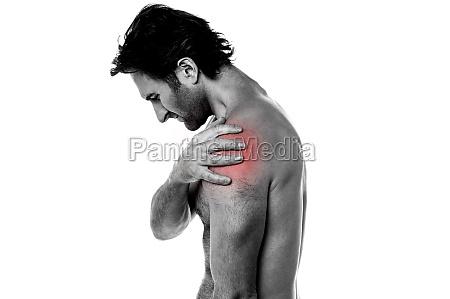 mann mittleren alters mit schulterschmerzen