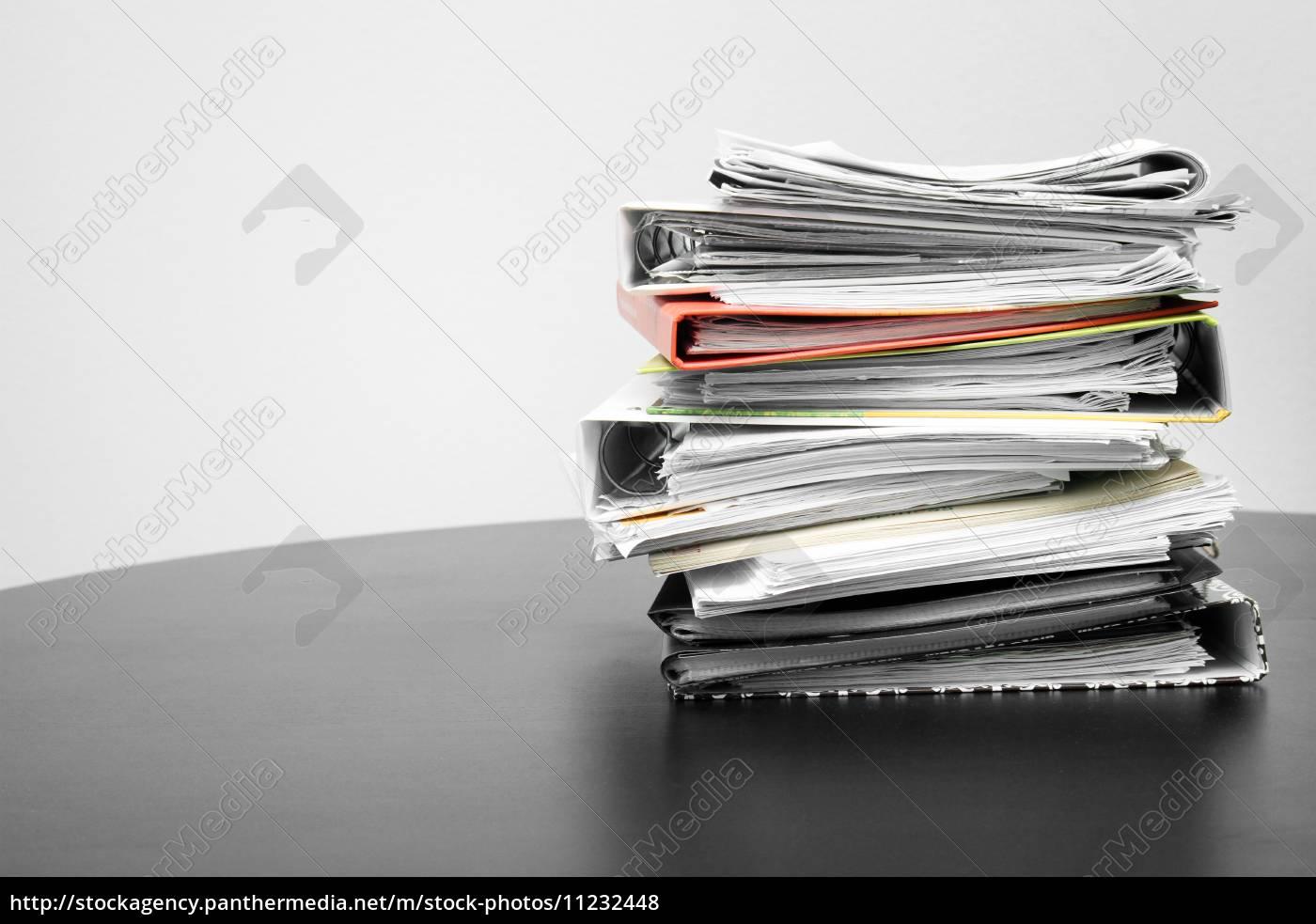 stapel, von, ordnern, und, dokumenten, auf - 11232448