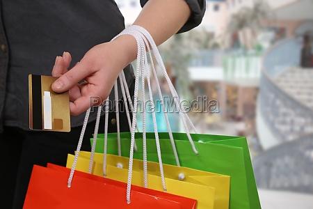 frau beim bezahlen vom einkauf mit