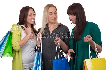 gruppe junger frauen mit einkaufstaschen schaut