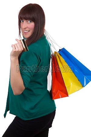 lachende frau beim einkaufen mit kreditkarte