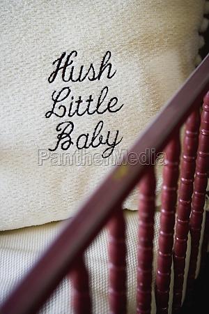 hush kleines baby wurfkissen in der