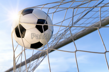 fussball treffer mit sonnigem himmel