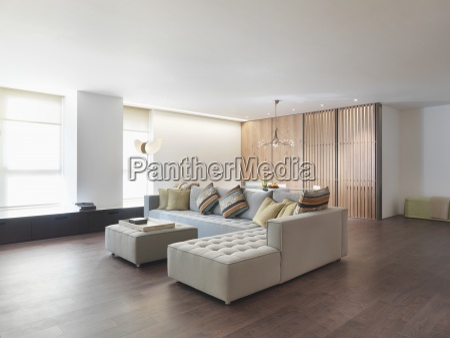 minimalistischer wohnraum mit holzboden