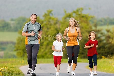 familie laeuft fuer sport im freien