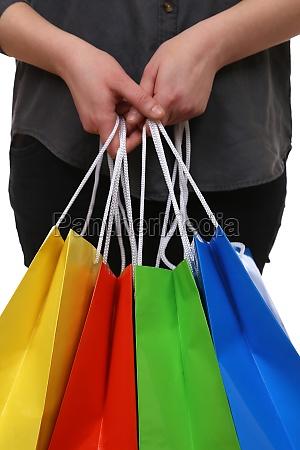 person haelt einkaufstaschen fuers shopping