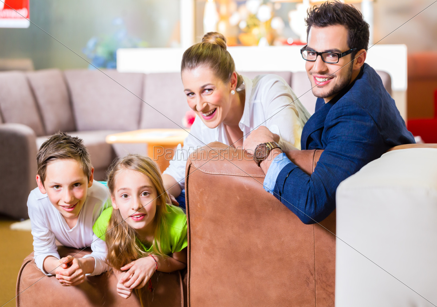 familie, kauft, couch, in, möbel, geschäft - 12044445