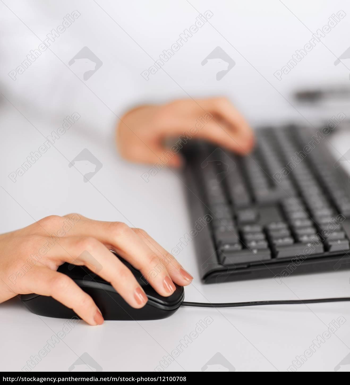 frau, die, hände, mit, tastatur, und, maus - 12100708