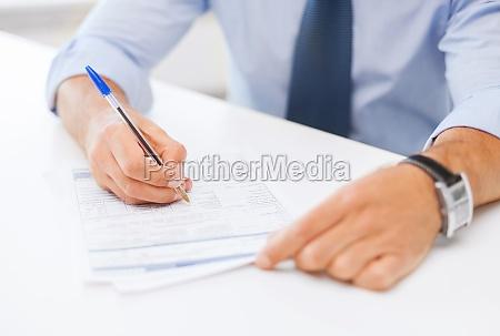 mann, der, einen, vertrag, unterzeichnet - 12101140