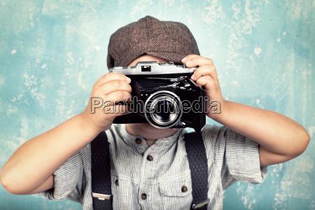 kleiner junge mit kamera retro