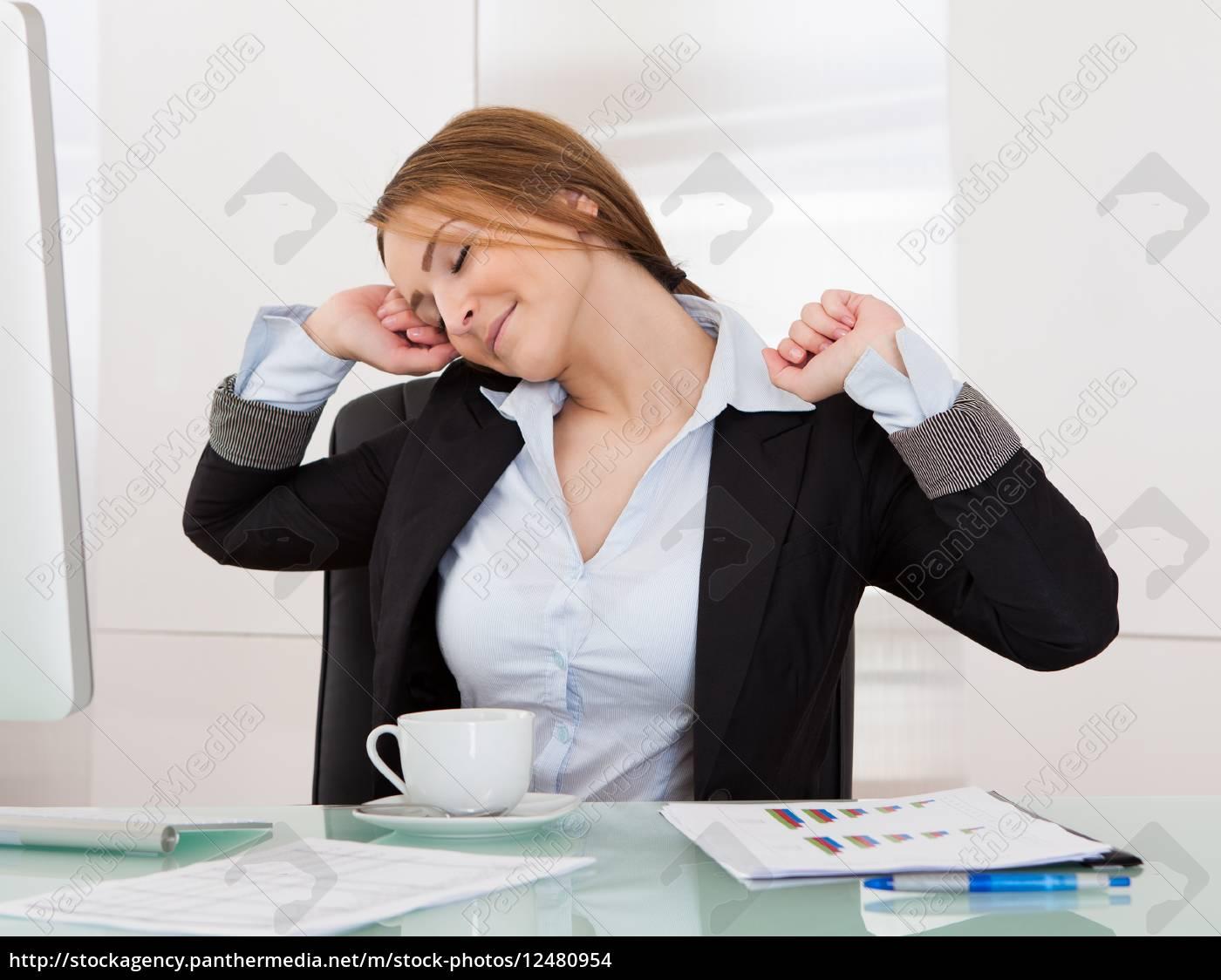 geschäftsfrau, im, büro, dehnen - 12480954