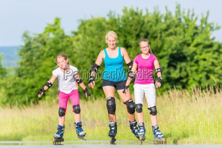 familie beim skaten mit inlinern auf