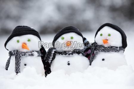 drei kleine schneemaenner mit hueten