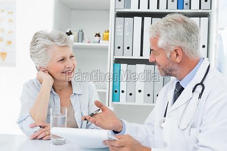 weiblicher aelterer patient einen arzt zu