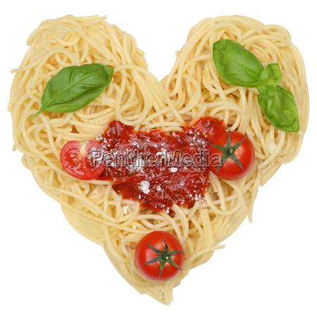 spaghetti nudeln pasta als herz freigestellt
