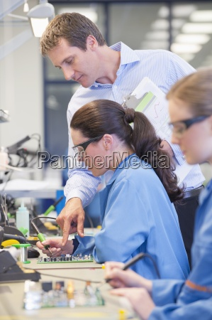 supervisor training technician to solder circuit