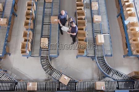 arbeiter treffen unter den boxen auf