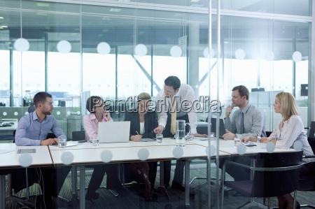 geschaeftsleute treffen im konferenzraum