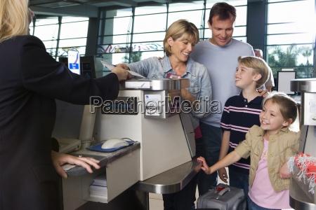 familien check in am flughafen check