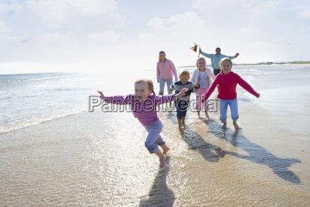 junge, glückliche, familie, am, strand, laufen - 12937940