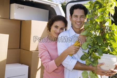couple umzugstehen neben van in einfahrtmann