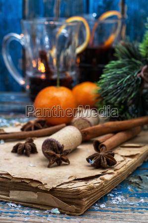 weihnachts zusammensetzung mit gluehwein und mandarinen