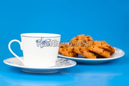 tasse tee und kekse mit schokolade