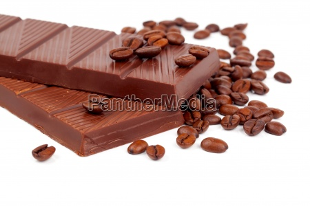schokolade mit kaffeebohnen auf weissem hintergrund