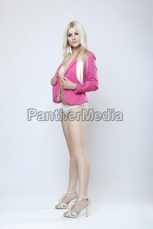 attraktive blonde maedchen in jacke