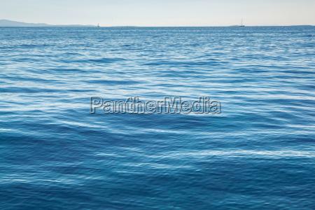 hochaufloesendes blaues wasser